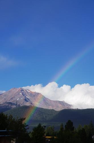 大きな虹がかかります
